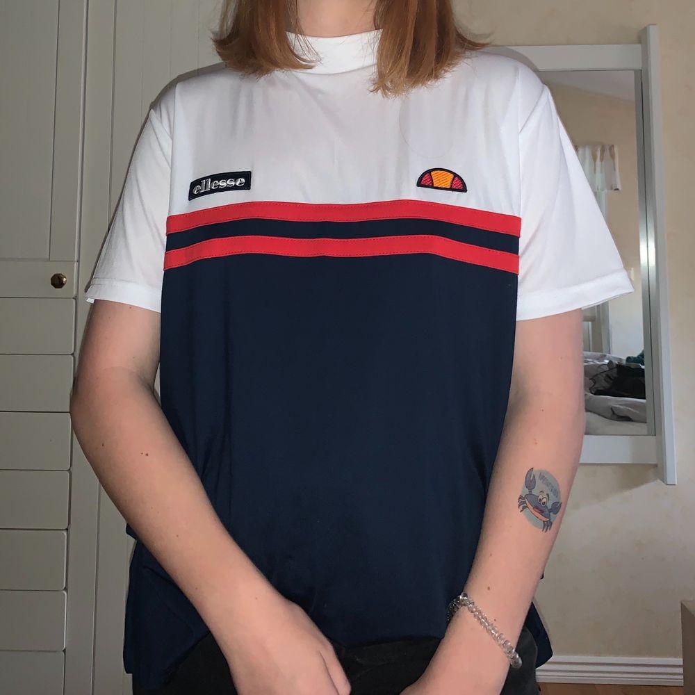 Säljer denna snygga ellesse t-shirt i storlek XL. 💖. T-shirts.