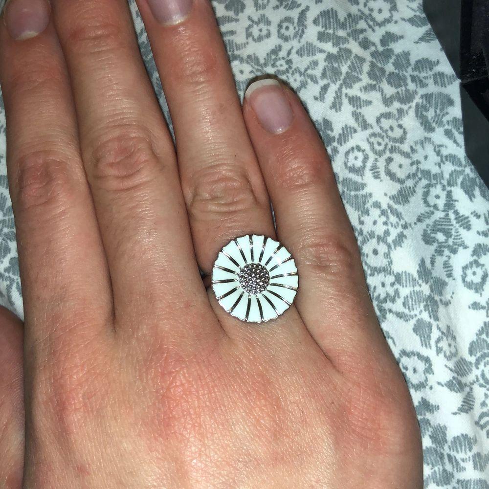 Säljer denna ring från georg jensen. Nypris ca 1700kr och knappt använd! Fick den i present så vet inte storleken men kan ta reda på det vid intresse❤️ Kan mötas upp eller frakta❤️. Accessoarer.