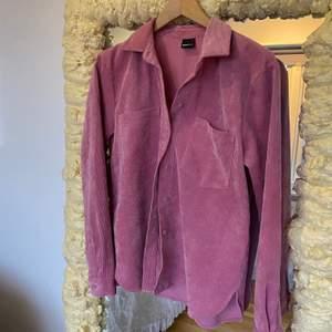 Rosa Manchester skjorta från ginatricot