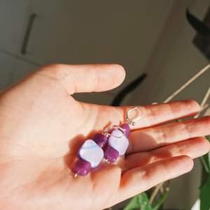 Egengjorda örhängen i gullig lila färg 💜🥰 Frakt 11kr.