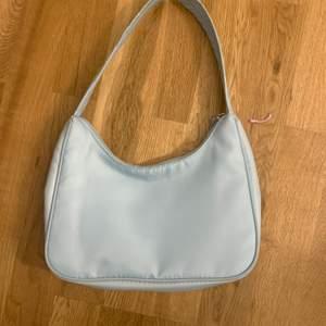 Populär monki väska i färgen ljusblå, den är så gott som ny då jag endast använt den 3 gånger. Säljer för att den inte riktigt var min stil🤍