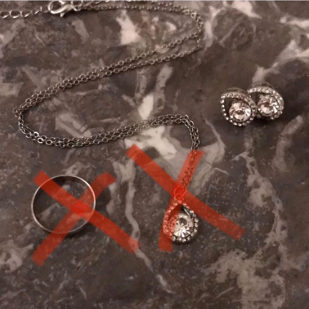 Smycken jag inte har nå användning av nå mer❣️Väldigt fina💞😍 och kan användas till allt passar, samt det mesta!😊Har använt halsbandet ett par gånger samt örhängena, ringen max 4 gånger. Säljer allt i ett set för 35kr inklusive frakt i priset😍 Tar bara emot Swish! (Ringen är såld❌), (halsbandet är såld❌). Accessoarer.