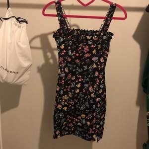 Ny blommig klänning från hm i stil 32. Prislappen sitter kvar och klänningen säljes för 99kr inkl frakt! Klänningen är helt ny och supergullig!