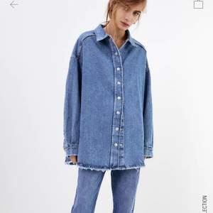 Säljer denna tjockare jeansskjorta/jacka. Oanvänd så prislappen finns kvar💘 Köptes för 400kr