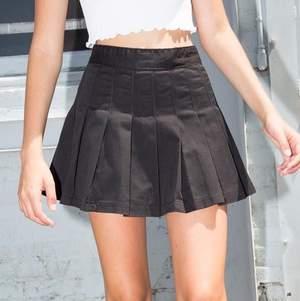 Säljer min aldrig använda Dana skirt i black!                                             Brandy Melvilles populära dana skirt i storleken M (passar Xs-mindre M) Budgiving sker vid flera intresserade! Prislappen finns kvar på plagget:) kram