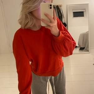 Röd tröja från Monki med ballonärmar💕💕strl M