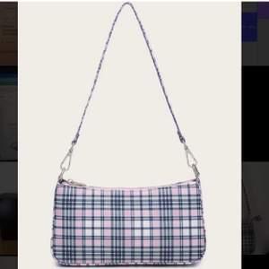 Helt oanvänd rosa och blå rutig väska från SHEIN. Skriv för fler bilder. Köparen står för frakten.