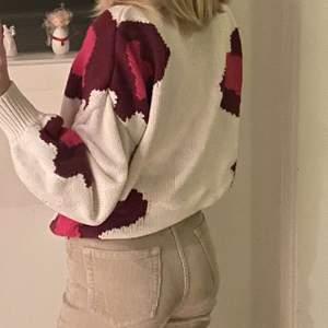 Cool stickad sweatshirt med rosa mönster från ellos.  Passar på mig som är ungefär 169cm. Frakt tillkommer😄