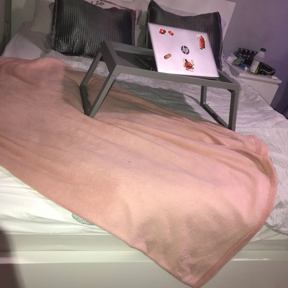 Jag säljer min säng som jag har haft i 4 månader men måste tyvärr sälja den eftersom den är för stor för mitt lilla rum. Jag köpte den för 3800 och säljer den för 3000kr kan diskutera priset. Sängen är i mycket bra skicka och har inga skador. Den är 160x200. . Övrigt.