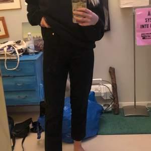 Hej! Säljer dessa svarta jeans ifrån monki, modellen heter taiki balloon leg. Går ner till ankeln på mig som är 165 :) använda en gång då jag redan har mycket byxor. Pris kan diskuteras! 💖