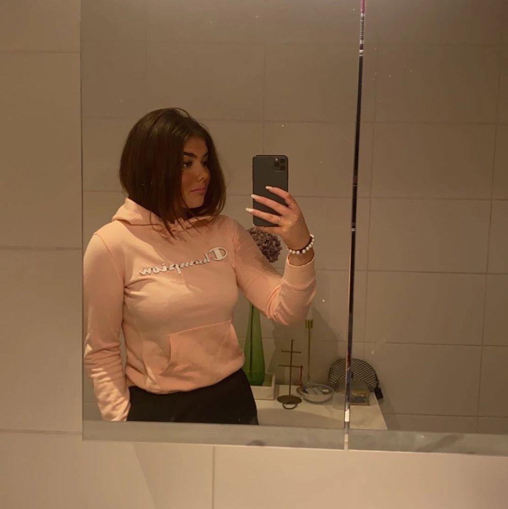 Tyvärr har denna hoddien blivit för liten... Det är en ljusrosa hoodie som är lite tunnare, perfekt på en sval sommarkväll eller slänga på sig på gymet!🤍✨. Huvtröjor & Träningströjor.