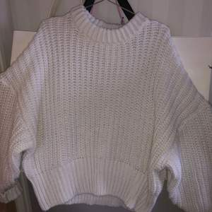 Stickad tröja från hm. Använd en gång så i nyskick och inga defekter. Frakt tillkommer. Har xs-s i vanliga fall men passar mig.