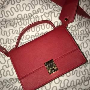 Röd asball väska från Nelly som inte används pågrund av inte min stil.