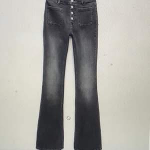 Säljer dessa skit coola jeans från zara då de aldrig kommit till andvändning då de är för små för mig.  Inga fläckar och i nyskick dock lite små i storleken så skulle passa en 34/32 också! De är mörkare i verklighet än på första bilden mer hel svarta. Nypris ca 369kr mitt pris 150kr+frakt💕