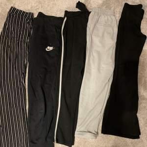 Randiga vida mjukisbyxor från Gina,XS. Mjukisbyxor från Nike,156-162. Kostymbyxor med vit linje, vet inte vartifrån eller storlek men passar mig som har XS-S (lite korta i benen). Gråa kostymbyxor från Bershka,XS. Vida mjukis/kostymbyxor från Gina,XS. Hör av er för pris!🤪🤪