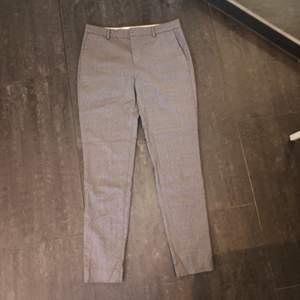 Gråa kostymbyxor från Filippa K i storlek small. Säljer på grund av att de blivit för små. Använda endast ett fåtal gånger. Köpte för ca 500 kr säljer för 90 kr plus frakt, alltså 153 kr. Priset kan diskuteras.