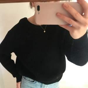 Säljer en snygg svart stickad tröja! Funkar till allting och för ett bra pris. Köparen står för frakten.