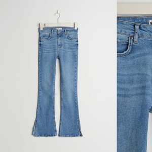 Helt nya bootcut jeans med slits på utsidan av benet. Storlek M