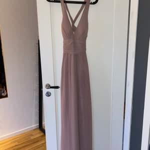 Dax att sälja min fina balklänning. Från Nelly i storlek 38. Klänningen har en sorts knytning i ryggen och en dragkedja på sidan. Den är verkligen super fin och önska jag kunde behålla den men dax att bli av med den, den är bara använd en gång. köparen står för frakten💞💞 Den är köpt för 1000kr men säljer för 500kr☺️