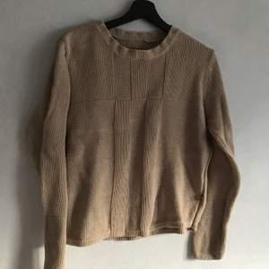 en söt stickad tröja i hårdare material. färgen är mer accurate på andra bilden. kan hämtas i söderort i sthlm eller postas 💜