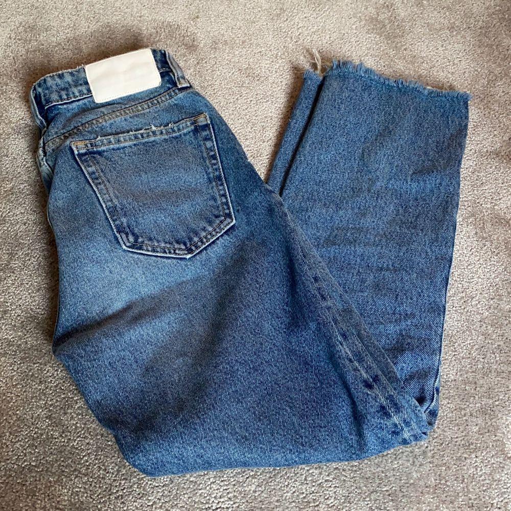 Jättesnygga jeans från zara. Mycket bra skick💕✨ frakt tillkommer på 63kr. Jeans & Byxor.