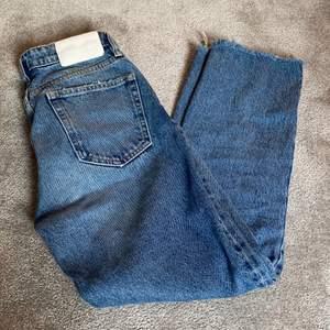 Jättesnygga jeans från zara. Mycket bra skick💕✨ frakt tillkommer på 63kr