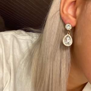 """Jätte fina diamant örhängen från ur och Penn! Dom har stora och små diamanter med en guldig bakgrund, är en """"silver tjej"""" så jag använder inte dessa! Skriv för mer info💕🌸🌟"""