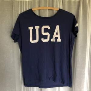 Snygg t-shirt men USA tryck. Köparen står för frakt.