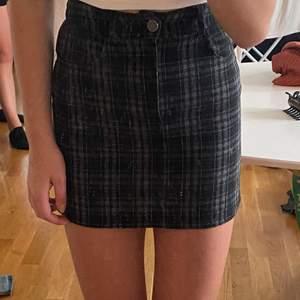 Gingham mönstrad kjol. Jätte snygg men för små för mig :(