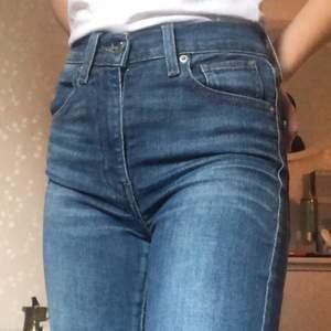 Ett par levi's jeans i modellen Mile high super skinny. De är i bra skick men väl använda. Köparen står för frakten💞