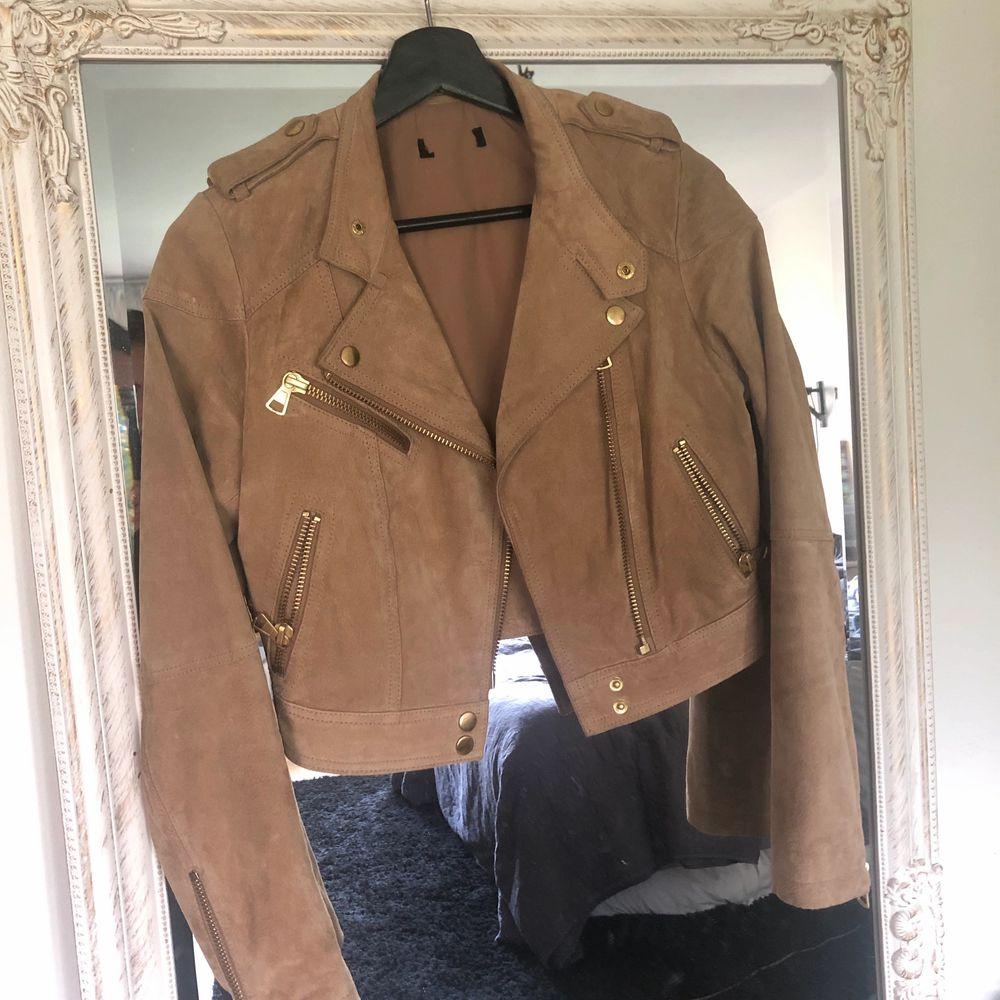Så snygg jacka i 100% leather ifrån bikbok i stl.XS Älskar denna jacka men säljer då jag har så många jackor och denna ej kommer till användning.. Jackor.