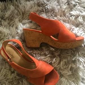 Clarks skor i korall färg i stl.36