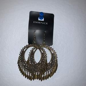 Ett par brons örhängen, köpta på secondhand men bara testade en gång. Säljer pga. att dom är ganska tunga.  Har ni några frågor skriv dom gärna. Frakt +15kr (inte inlagt i priset). ☺️
