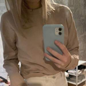 en beige sweatshirt som har använts ett fåtal gånger men har mest blivit liggandes vilket är väldigt synd, kommer från Na-Kd och är väldigt väldigt fin, storleken är s men sitter lite mer som en xs