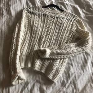 Finaste vita stickade tröjan från bikbok, oanvänd! Säljs pga används inte. Frakt tillkommer🤍