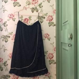 Kjolen är använd endast ett fåtal gånger och där av har den inga slitningar. Är inte genomskinlig då det ingår en mjuk, skön underkjol vilket även gör kjolen väldigt bekväm. Resor i midjan som gör att den även passar som strl 36. Materialet är polyester.