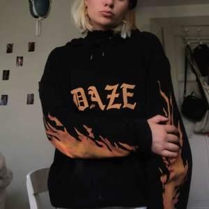 snygg svart hoodie med flammor på, köpt på asos!