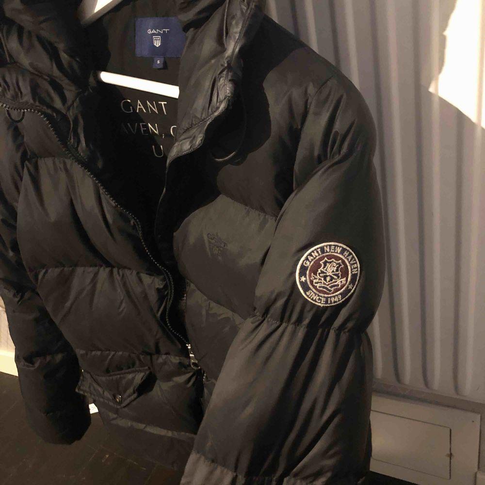 Säljer min svarta Gant Classic Down Jacket i storlek S pga köpt ny. använt en vinter till och från och den är så gott som ny. Nypris är 3 300kr pris kan diskuteras. Köparen står för frakt. Jackor.