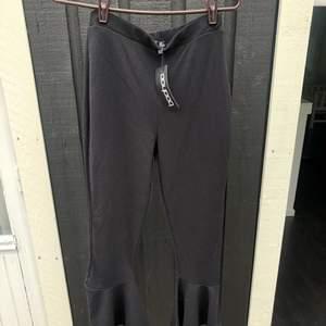 """Jättesnygga """"flared"""" byxor i kortare modell. Helt oanvända med lappen kvar. Postar mot frakt - upp till 1 kg spårbart för 63 kr 🌸"""