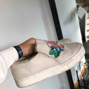 """Skor som tyvärr inte har använts på ett bra tag! Med en liten tvätt så är de som nya! Kan även användas på hösten då det är """"päls"""" inne i skon som värmer."""