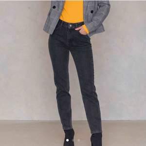 snygga grå/svarta jeans från NA-KD || storlek 36 (passar 34 också) || säljer för billigt pris, 80kr + frakt 💋