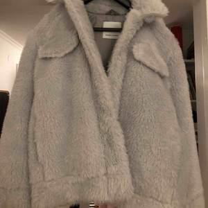 Samsoe samsoe jacka, aldrig använd med prislappen kvar. Original pris 1799 varm och perfekt nu i vinter. Köparen står för frakt eller så kan jag mötas upp i stockholm