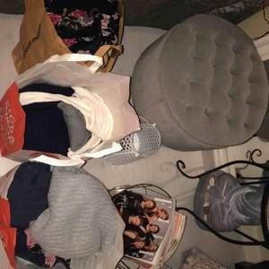 2 och 1/2 fyllda kassar med massor av kläder.  Det var dags för en rensning i garderoben och det blev en hel del fina kläder jag inte har användning för! 2 Levis shorts, 2 jeans, 2 kjolar, ett blommigt sett med byxa och tröja, flera toppar och tjocktröjor