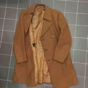 Skräddad ull rock i trendig brun färg. 🐪