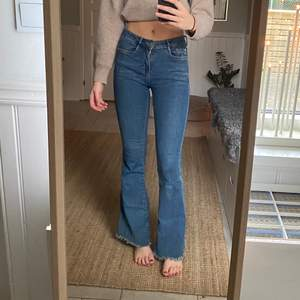 Skit coola bootcut jeans i storlek 34 från mango! En sån skärpflärp som har gått sönder på högersida annars inga problem, frakt tillkommer:))