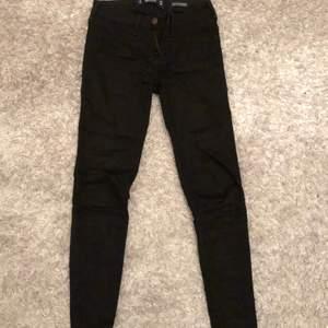 Tajta svarta jeans från hollister. W24 L26. Passar för en lite kortare person. Lågmidjade. Köpare står för frakt. Nypris 600kr. Sparsamt använda så i väldigt bra skick