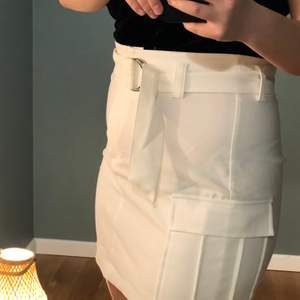 Jättesnygg stretchig kjol i strl M. Vet inte helt hur jag ska förklara men den har en tendens att åka upp lite så den har använts mer på middagar än fest så att säga. Skärpet kan vara lite tricky så det medföljs en video på hur jag knyter🥰 Osäker på frakt