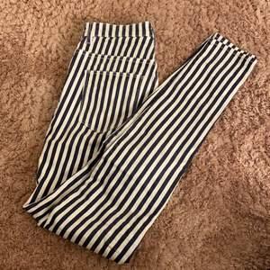 Blå och vitrandiga jeans från hm/divided framfickorna är fake
