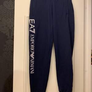 Säljer ett par Armani mjukis byxor i storleken XS. Använda typ 2 gånger så splitter nya. Köpt på JD för cirka 1000 kr.