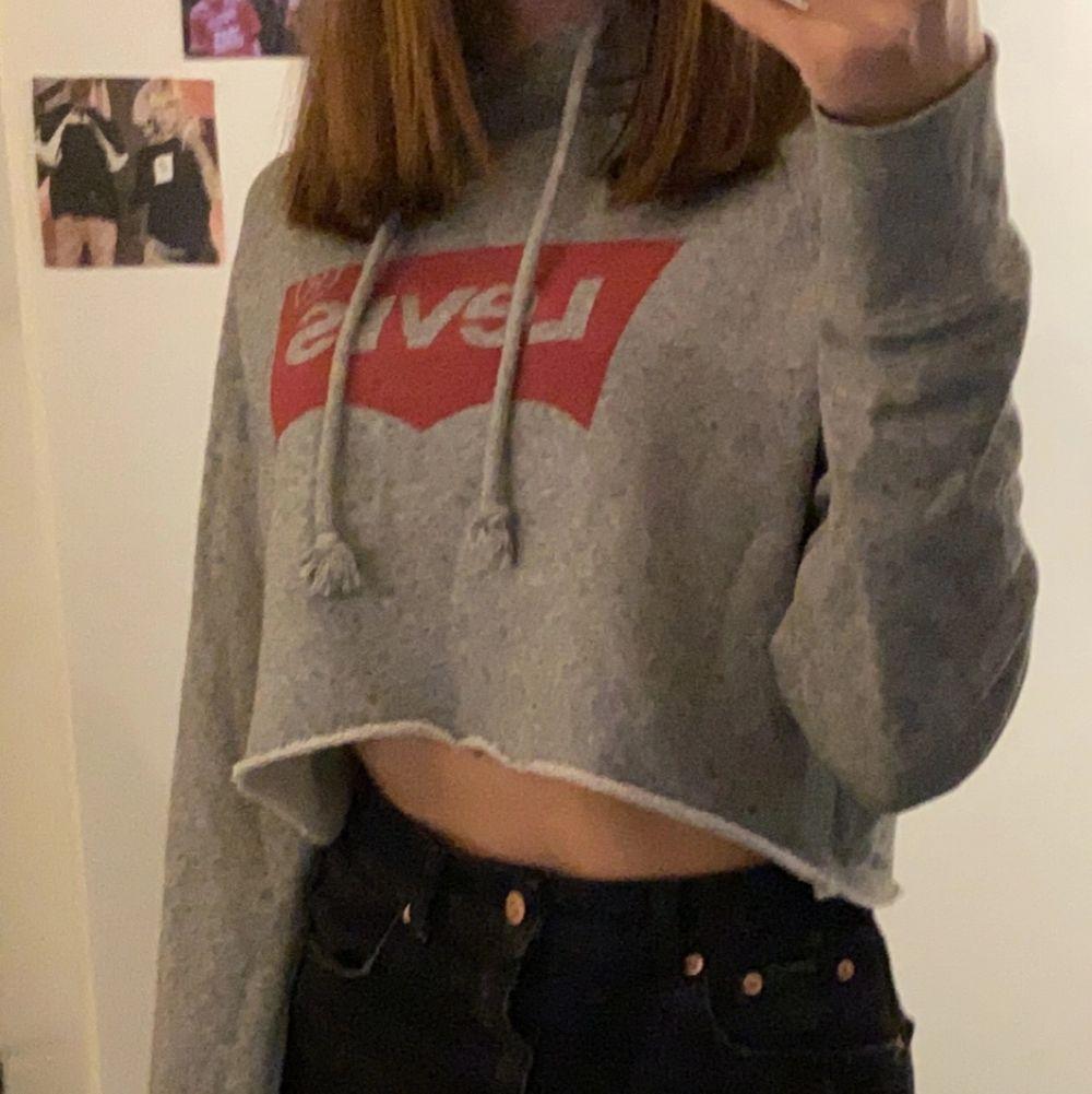 säljer min jätte fina levis hoodie som jag klippt själv till en croppad tröja, Säljer pågrund av att den tyvärr inte kommer till användning längre. Vid intresse eller fler bilder kan du höra av dig privat till mig, även om du vill diskutera pris. . Toppar.
